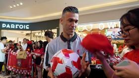 Luis Garcia giao lưu cùng người hâm mộ (Ảnh: HK)