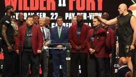 Fury chỉ tay dằn mặt Wilder ở đêm trước đại chiến