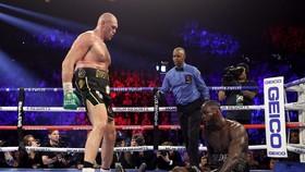 Fury khiến Wilder phải đo sàn lần đầu tiên, và nhận lãnh thất bại đầu tiên