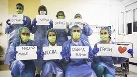 Hình ảnh đăng tải từ Twitter của Djokovic, thay mặt các y bác sĩ kêu gọi mọi người ở trong nhà
