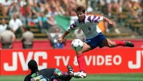 Salenko tung hoành trước tuyển Cameroon ở World Cup 1994