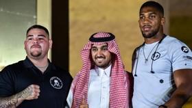 Thái tử Bin Salman chụp ảnh chung với Anthoy Joshua và Andy Ruiz