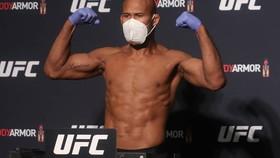 Souza đeo khẩu trang tham dự buổi cân trọng lượng và mặt đối mặt ở thời điểm đang bị nghi ngờ nhiễm virus corona