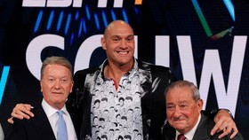 Fury và 2 ông bầu của mình (Warren bên trái và Arum bên phải)