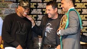 De La Hoya và Mayweather (trái)