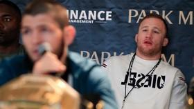 Gaethje chăm chú quan sát Khabib trong một sự kiện ở UFC hồi cuối năm ngoái