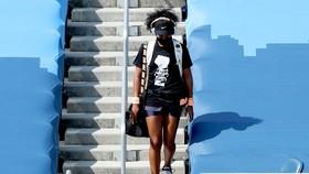 """Osaka mặc áo in dòng chữ """"Black Lives Matter"""" khi bước vào khu vực sân đấu"""