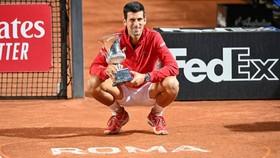Novak Djokovic và chiếc cúp vô địch Italian Open 2020