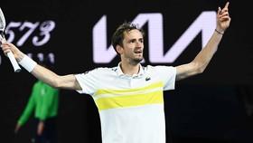 Medvedev ngạo nghễ ăn mừng trận thắng thứ 20 liên tiếp và suất chung kết Australian Open 2021