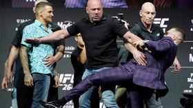 McGregor với chân đá Poirier