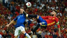 Sergio Ramos (phải, Tây Ban Nha) phá bóng trước Andrea Belotti (Italia). Ảnh: Getty Images.