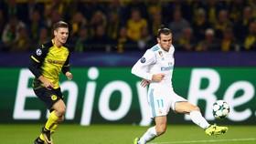 Quả vô lê chớp nhoáng của Gareth Bale (phải) đã khai mở chiến thắng cho Real Madrid. Ãnh: Getty Images.