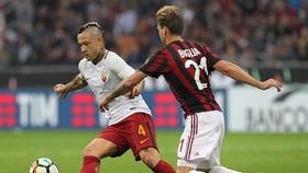 Radja Nainggolan (trái, Roma) đi bóng qua Lucas Biglia (Milan). Ảnh: Getty Images.