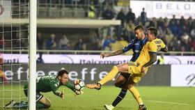 Federico Bernardeschi (phải, Juventus) đá bồi tung lưới thủ thành Etrit Berisha (Atalanta). Ảnh: Mediaset.