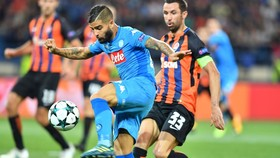Lorenzo Insigne (trước, Napoli) tung cú sút trước hậu vệ Darijo Srna của Shakhtar Donetsk. Ảnh: Getty Images.