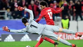Luiz Adriano (phải, Spartak) ghi bàn trước thủ thành Sergio Rico Gonzalez (Sevilla). Ảnh: Getty Images.