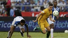 Tiền đạo Tomi Juric (phải, Australia) bỏ rơi hậu vệ Honduras dễ dàng nhưng lại sút chệch cột. Ảnh: AP.