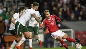 Christian Eriksen (phải, Đan Mạch) tung cú sút trước các hậu vệ Ailen. Ảnh Getty Images.