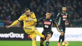 Gonzalo Higuain (trái, Juventus) một mình đánh bại đội bóng cũ. Ảnh: Getty Images.
