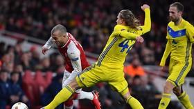 Jack Wilshere (trái, Arsenal) đi bóng trước các hậu vệ BATE Borisov. Ảnh: Getty Images.