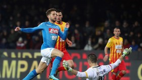 Dries Mertens tránh pha ra bóng của thủ thành Christian Puggioni. Ảnh: Getty Images.