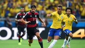 Sami Khedira (trái, Đức) cũng chưa chắc ra sân