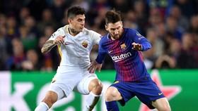 Lionel Messi (phải, Barcelona) đi bóng trước Diego Perotti (AS Roma)