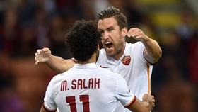 Kevin Strootman và Mohamed Salah trong màu áo Roma.
