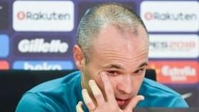 Iniesta rơi nước mắt trong buổi họp báo.