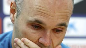 Iniesta không cầm được hjước kmắt trong buổi họp báo chiều nay.