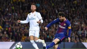 Leo Messi (phải, Barcelona) trong trận gặp Real Madrid.