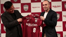 Iniesta giới thiệu chiếc áo Vissel Kobe ở Tokyo.