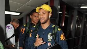 Neymar vui vẻ khi theo đội đến Liverpool.