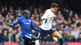 Dele Ali (phải, Tottenham) đi bóng trươ`1c N'Golo Kante.