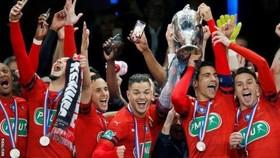 Các cầu thủ Rennes ăn mừng Cúp quốc gia Pháp