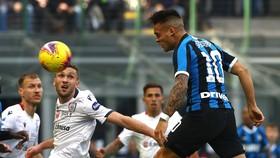 Tiền đạo Lautaro Martinez đánh đầu ghi bàn