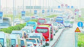 Heavy traffic flow heading to HCMC – Long Thanh –Dau Giay Expressway (Photo: SGGP)