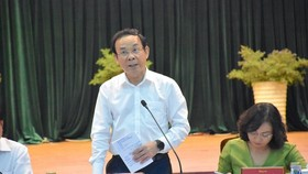 Secretary of HCMC Party Committee Nguyen Van Nen is delivering his speech in the meeting with Binh Tan District authorities. (Photo: SGGP)