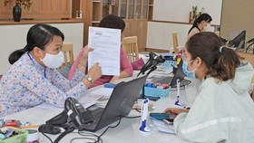 State officers in District 11 are returning documents of public services to residents. (Photo: SGGP)