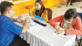 Laborers affected by Covid-19 are looking for new jobs at the HCMC Youth Job Center. (Photo: SGGP)