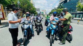 The functional force is checking people at the checkpoint on Nguyen Van Troi Street. (Photo: SGGP)