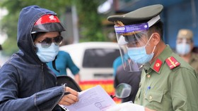 The police are checking necessary documents of traffic users in Hanoi. (Photo: SGGP)
