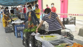 The mobile market for people staying in the 'green safe zone' of District 3. (Photo: SGGP)