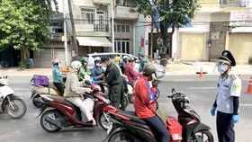 Movement declaration at one checkpoint on Dinh Bo Linh Street on August 15. (Photo: SGGP)