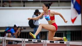 Nguyễn Thị Huyền về đích và giành HCV nội dung 400 m rào. Ảnh: DŨNG PHƯƠNG