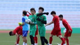 Thủ môn Bùi Tiến Dũng nỗ lực tập luyện quyết thắng U 22 Thái Lan. Ảnh: Khang Duy