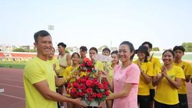 BHL điền kinh TPHCM tặng hoa nhânn ngày Quốc tế phụ nữ 8-3. Ành Dũng Phương
