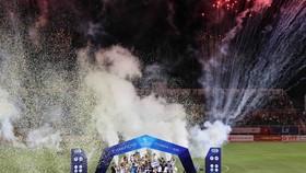 Khoảnh khắc đẹp của đội bóng Viettel khi nâng cúp vô địch mùa bóng 2020. Ảnh Dũng Phương