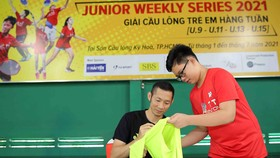Nguyễn Tiến Minh ký tặng các VĐV nhí đam mê bộ môn cầu lông. Ảnh: Dũng Phương