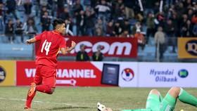 Niềm vui của Đức Chinh sau bàn gỡ hòa 2-2. Ảnh: MINH HOÀNG